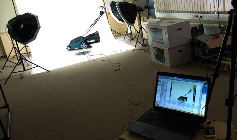 Ein Foto aus dem Studio während der Arbeit mit einer Drehplattform 360 Grad.